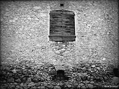 Vieux volets sur le grand mur de pierre (bleumarie (absente dure indtermine)) Tags: fuji noiretblanc pierre roussillon fentre faade vieux ancien catalogne pyrnesorientales volet suddelafrance thuir bleumarie mariebousquet photomariebousquet