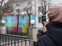 Un peu de couleurs ! (la Ezwa) Tags: camera woman lamp colors hat wall switzerland lampe tricot colorful colours suisse couleurs colorfull femme knit luzern cable svizzera bonnet lucerne mur color colourfull 2011 appareilphoto torsade ezwa