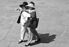 Japanese tourists (Maríon) Tags: street travel bw white black turkey nikon istanbul marion reise tyrkia supermarion nesje d7000 marionnesje