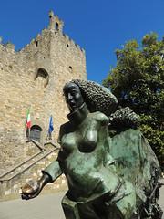 Castellina in Chianti - la Rocca e la scultura in piazza (anto_gal) Tags: toscana siena chianti castellina 2015 piazza rocca scultura
