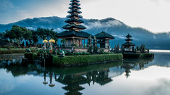 Ulun Danu Bratan temple (johan masia) Tags: bali bratan temple ulundanu indonsie indonesia indonesie colore color colour couleur sunrise leverdesoleil leverdusoleil tramonto apsc aps d90 nikon landscape paesaggio paysage seascape lac lake lago tempio travel voyage viaggio viaje journey