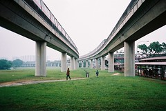 mrt (jamiehladky) Tags: film grass station gardens train 35mm singapore superia chinese rail olympus 400 fujifilm elevated mrt vanishing mjuii lrt gardne xtra compact35 jamiehladky hla