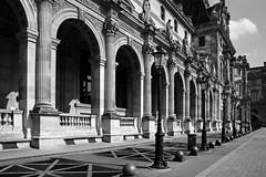 Paris (Noir et Blanc 19) Tags: paris lacourdulouvre pyramide nb bw noiretblanc sony a77