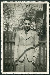 "Archiv H046 ""Gnter 1941"" (Hans-Michael Tappen) Tags: archivhansmichaeltappen mann man portrait portrt kleidung outfit fashion accessoires fotorahmen outdoor 1940s 1941 1940er holzzaun haarschnitt"