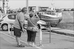 Supervision (chando*) Tags: bateau blackwhite boat bretagne brittany couple femme finistre gens homme man noiretblanc people photographe photographer port quai roscoff streetphotography woman touristes tourists