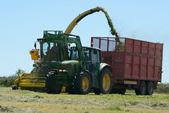John Deere 7500 SPFH filling a Broughan Engineering Trailer drawn by a John Deere 6930 Tractor (Shane Casey CK25) Tags: john deere 7500 spfh filling broughan engineering trailer drawn 6930 tractor self propelled forage harvester jd green watergrasshill silage silage16 silage2016 grass grass16 grass2016 winter feed fodder county cork ireland irish farm farmer farming agri agriculture contractor field ground soil earth cows cattle work working horse power horsepower hp pull pulling cut cutting crop lifting machine machinery nikon d7100 traktori tracteur traktor trator trekker cignik