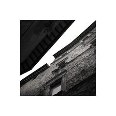 Rift (GP Camera) Tags: nikond80 nikonafsdx1855mmf3556gvr houses case oldhouses vecchiecase surfaces superfici windows finestre eaves cornicioni sky cielo plaster intonaco textures trame alley vicolo bw biancoenero monochrome monocromo squareformat formatoquadrato frame cornice allaperto vignetting light luce lightandshadows lucieombre shadows ombre shades sfumature italy italia abruzzo civitelladeltronto darktable gimp digitalprocessing elaborazionedigitale