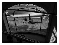Waiting for you, Amsterdam (Schwarz Rose) Tags: street summer people blackandwhite white black holland apple netherlands glass amsterdam bike architecture stairs arquitectura europa europe view gente applestore verano vista bici holanda cristal calles escaleras