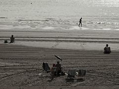 Un par de dos con sombrilla, dos liniers, un seor meditando y en breve, un nufrago. (Kim Bordons) Tags: mar playa arena nio sombrilla euskadi mochila sillas mundaka linier nufrago