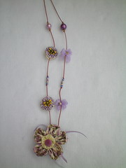 Colar lilás com abelhinhas (Alba Aragão) Tags: fuxico colar tecido