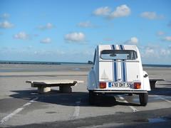 Contemplation de la 2CV à la plage !