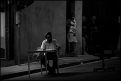 Gent (B) - Kammerstraat - 2016/07/19 (Geert Haelterman) Tags: geert haelterman streetphotography straatfotografie photographiederue photoderue fotografadecalle fotografiadistrada strassenfotografie candid streetshot monochrome black white blackandwhite zwart wit belgium ghent gent gand nikon d300s