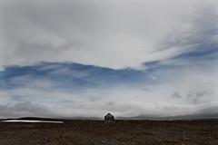 Disperso tra il nulla e l'addio (the bbp) Tags: islanda iceland casa home house cielo sky nuvole clouds terra land paesaggio landscape blu blue thebbp