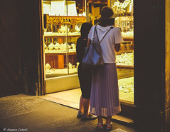 Gold Diggers (Alessio Catelli) Tags: gold diggers girls hat oro ponte vecchio old bridge shop cappello street photography florence firenze tuscany italy toscana italia negozio light luce shadows fuji xe1 xf1855