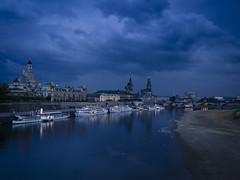 Dresden antes de una tormenta. (RosanaCalvo) Tags: alemania atardecer dresden elba elbe barcos ciudad gotas noche nubes rio tormenta