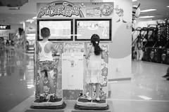 jump (Myarmy) Tags: leica boy girl monochrome 50mm play kodak voigtlander f11 m6 nokton voigtlandernokton50mmf11 profotoxl