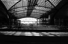 db (*janina*) Tags: blackandwhite bw house building berlin monochrome architecture germany deutschland europe bahnhof september hauptbahnhof cb 2012 dum architektura zari stavba nadrazi budova