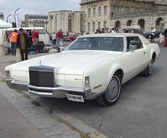 The Lincoln Continental Mark IV was a luxury car at the top end of the personal luxury car market sold under the Lincoln brand of the Ford Motor Company in North America between 1972 and 1976. (AlainDurand) Tags: france cars 94 lincoln iledefrance vincennes motorshows lincolncontinental uscars voituresanciennes fordmotorcompany lincolncontinentalmarkiv vincennesenanciennes worldcars alaindurand usveterancars classicmotorshows
