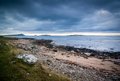 Tr Mhachaire Gathln (soilse) Tags: ireland sunset sea beach grass clouds islands evening sand rocks waves seascapes path pebbles redsky donegal cloudysky darkskies gaothdobhair farraige inismein largerocks redsands spir pentaxk10d dnnangall trchonaill clocha tonnta westdonegal machairegathln oilenghabhla inisoirthear trmhachairegathln