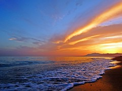 La orilla al atardecer (Antonio Chacon) Tags: andalucia atardecer marbella mlaga mar mediterrneo costadelsol espaa spain sunset