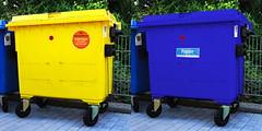 Gelbe und Blaue Tonne (Karpaun) Tags: farbe hsfarben