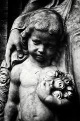 Zum Gedenken (frodul) Tags: engesohderfriedhof erinnerung friedhof gedenken grab grabmal hand kopf portrt skulptur trauer hannover kind schutz niedersachsen deutschland sw bw monochrom