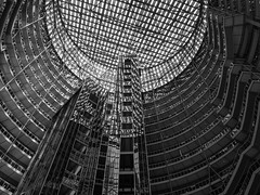 James R. Thompson Center, Chicago (Anthony's Olympus Adventures) Tags: chicago chicagoil chicagoloop chicagolandmark chicagosightseeing loop downtown building architecture jamesrthompson jrtc jamesrthompsoncenter interior illinois il governmentofillinois governmentbuilding randolphst jahn eyesore window usa america olympusem10 travel raw blackandwhite monochrome blackwhite