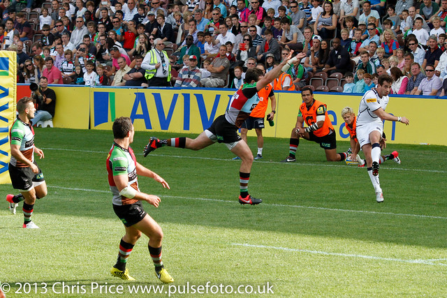 Tom Guest attempts to charge down Danny Cipriani's clearance