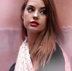 Perdida (NROmil) Tags: red portrait luz flickr retrato lips paula labios boca mirada miedo belleza dulce borrosa perdida