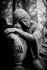 Frau SW (silkefoto) Tags: kln friedhof melaten engel figuren grber grab urne