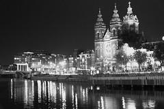 Sint-Nicolaaskerk sw (kristin.mockenhaupt) Tags: kirche church building water wasser canal kanal niederlande holland night nacht nighttime darkness dunkel dunkelheit citytrip city stadt scharzweiss schwarzweis sw bw böackwhite blackwhite