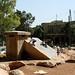 Brincando de escorregador no monumento da praca