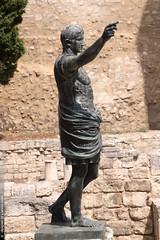 la porte d'Auguste à Nîmes (Dominique Lenoir) Tags: france statue photo caesar nimes estatua statua standbeeld augustus gard estátua nîmes octavianus southfrance 30000 dominiquelenoir