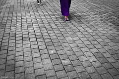 Sgueme (ngel mateo) Tags: espaa mujer spain shoes purple womens bilbao zapatos cobbles vizcaya adoquines pasvasco morado ngelmartnmateo ngelmateo