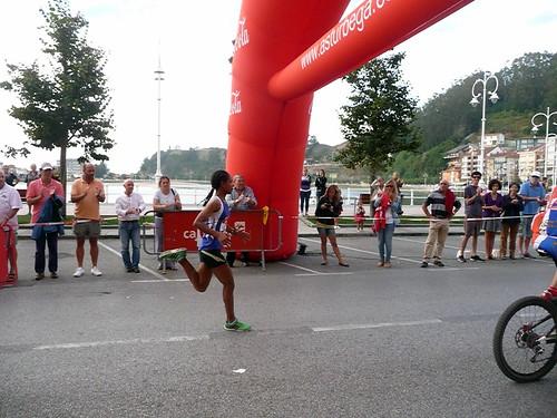 """La etíope, Taye, entra en la meta de los """"10 km. villa de Ribadesella"""" • <a style=""""font-size:0.8em;"""" href=""""http://www.flickr.com/photos/85451274@N03/8043951112/"""" target=""""_blank"""">View on Flickr</a>"""