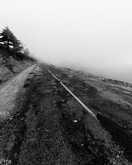 Bajando hacia la niebla (Perurena) Tags: road mountain fog carretera salamanca montaa asfalto niebla laalberca peadefrancia neboa castillaleon