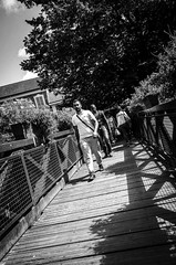 Sur la passerelle un jour de march (Olivier DESMET) Tags: olivierdesmet ricoh ricohgr gr street streetphoto streetphotography photosderue candid lesgens bw blackandwhite noirblanc nb 28mm