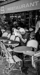 le lecteur (Jack_from_Paris) Tags: l2010445bw leica m type 240 10770 leicasummicronm35mmf2asph 11879 dng mode lightroom capture nx2 rangefinder tlmtrique bw noiretblanc monochrom wide angle paris terrasse de caf lecteur reader journal newspaper lecture
