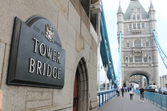 Tower Bridge mit Schild (JodiCecere) Tags: grobritannien london england stdtetour bigben buckinghampalace housesofparliament milleniumbridge towerbridge tower themse westminster chinatown cityhall shard britishmuseum st paulscathedral coventgarden hmsbelfast royalalberthall highlight brcke themsenschiffe schiffe aussichtsplattform wolkenkratzer theshard unitedkingdomofgreatbritainandnorthernireland