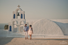 Gorgeous couples posing everywhere. (Jordi Corbilla Photography) Tags: santorini greece jordicorbilla jordicorbillaphotography nikon d750 50m 50mm f18 sunset pastel colours couple streetphotography streetphoto street
