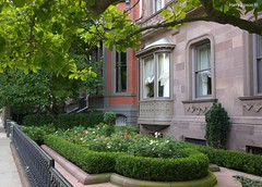 Order and Elegance (Harry Lipson) Tags: garden summertime brownstones organized ordered mansions orderly everythinginitsplace backbayboston harrylipsoniii harrylipson harryshotscom borderingonperfection organizedperfection orderandelegance