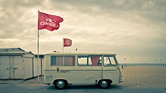 Travel Car (AgusValenz) Tags: auto red sea holland beach netherlands car canon vintage mar rojo scheveningen antique gray playa denhaag 7d holanda tamron nederlands thehague antiguo oneill 18270mm agusvalenzphoto