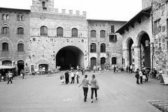 U2012 07 (lucky5.1) Tags: italien people bw motion square town san gimignano historic tuscany bewegung sw 24mm unscharf toskana taly dynamik