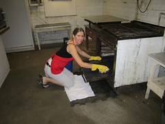 Minna cleans the oven