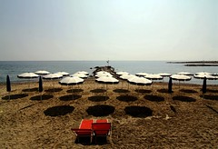 Tutto per due (meghimeg) Tags: shadow red sea sun rot beach mare ombra sole umbrellas rosso ombrelloni spiaggia royo 2012 encarnado portomaurizio