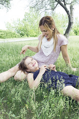 (evelavoiephotographies) Tags: park family famille summer portrait love girl look loving canon fun eyes women funny hand looking quebec outdoor montreal femme mother parent care mere parc herb tender ete canon5mark
