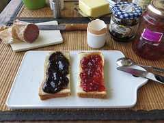 Toast mit Pflaumenmus und Erdbeermarmelade (multipel_bleiben) Tags: essen frhstck toast marmelade