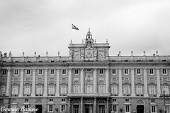 Palacio Real II (geba02) Tags: palacio real madrid espaa ciudad city palace outdoors outdoor blackandwhite byn monocromo monocromatico arquitectura columnas spain travel europa europe sky cielo nublado nuboso clouds