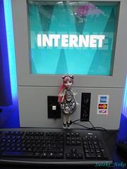 Rachèl and the Internet (Suteki_Neko) Tags: computer airport doll internet düsseldorf rochelle goyle monsterhigh