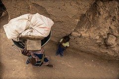 carriage in Head in the streets of Djenne, Sahel, Mali (anthony pappone photography) Tags: africa woman niger work canon carriage head wide westafrica afrika mali grandangolo carrying alleys afrique sahel    djenn